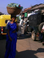Kopfsache: Bushaltestrasse in indischer Kleinstadt (500.000 EW)