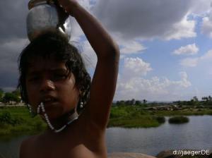 Waterworld: indischer Junge beim Gewaessercheck