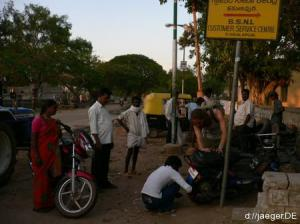 Platten mit Leih-Moped in der Pampa. Stress fuer uns, aber nicht fuer die Zuschauer.