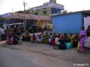 Bushaltestelle Hampi: Warten in der Ungewissheit