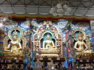 staunen, sitzen und die Fusssohlen nicht in Richtung Buddha strecken