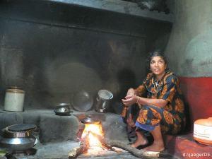 unsere indische Mama vor ihrem Herd