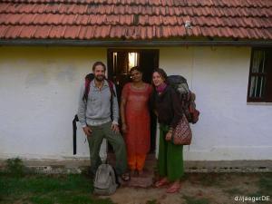 zurueck aus dem Wald, trauriger Abschied von Mama Pushpa im Basislager bei Mama Pushpa