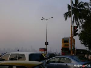Skyline im Smog der größten Stadt Indiens (16 Mio.)