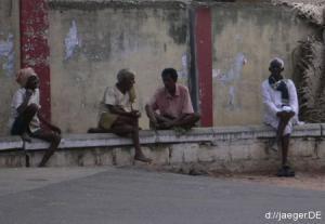 allgegenwärtiger Anblick: Inder, die NICHTS tun