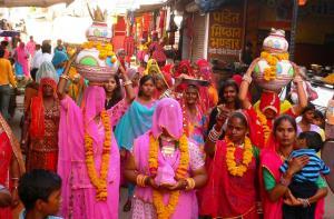 traditionell indisches Hochzeitsgefolge