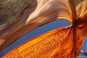 angekommen: Sonnensegel aus bunten Tüchern am Moriani Plage