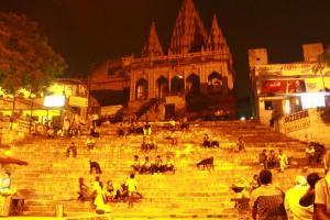 Nachts am Assi Ghat. 24h Publikumsmagnet für Mensch und Getier.