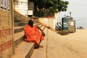 Angekommen. Ein Pilger macht Pause am Ganges.