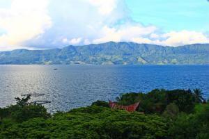 Blick von Samosir auf den Vulkankrater