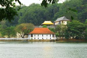 Dentist Inn: Golden Temple am Kandy Lake