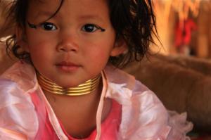 Ab frühesten Kindesalter tragen die Mädchen Messingspiralen