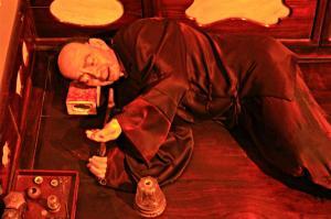 lebensgroßes Puppenmodell einer chines. Opium-Höhle
