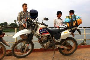 Suja & Bike fahren über den Mekong