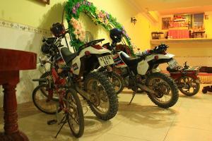 Meistens kann man die Bikes nachts im Hotelfoyer parken, machen die Einheimischen auch so